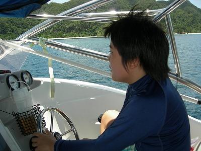 西表の海をボートで走る