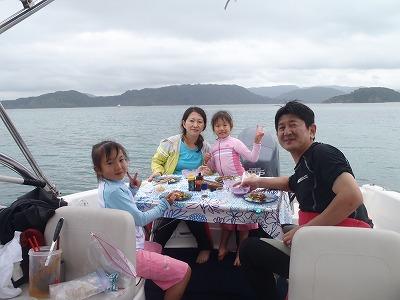 家族みんなで船上ランチ