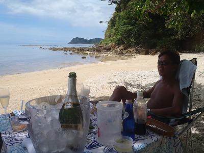 プライベートビーチでスパークリングワイン!