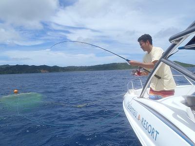 西表島の海のリゾートで釣りに挑戦のパパ