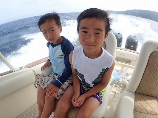 お友達ファミリー同士でボートチャーターシュノーケリング&釣りツアー