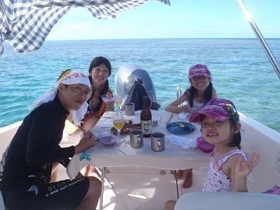 西表島の海で船上ランチ