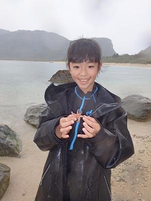 雨も吹き飛ばす笑顔!ゆう君とりんちゃんファミリーさんと貸切ウミガメシュノーケリングとプライベートビーチ散策ツアー